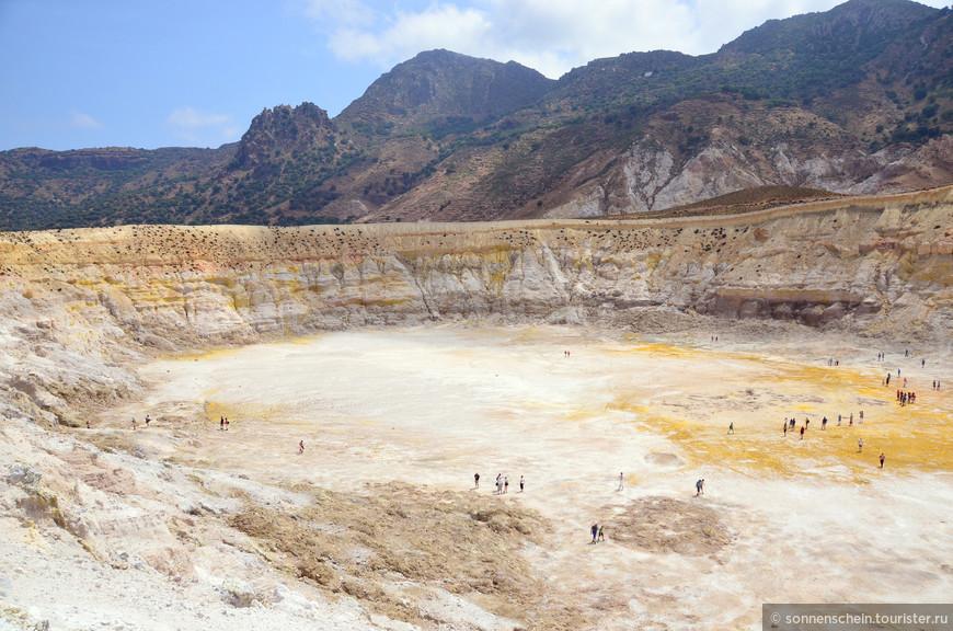 В середине мая в кратере было +40 С. Летом я бы в кратер не спустилась бы. Сердечникам и астматикам спуск не рекомендуется.