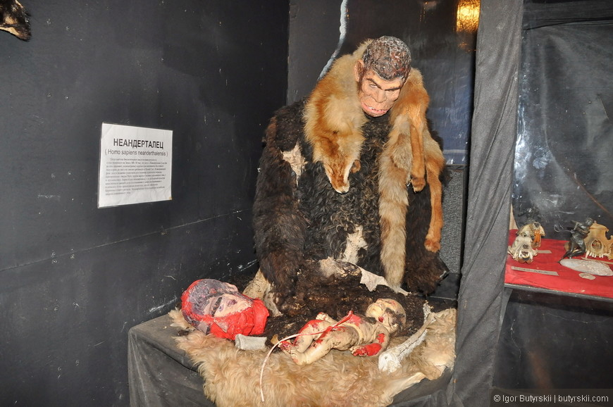 01. Сцена изображающая неандертальца занимающегося каннибализмом по отношению к своим соплеменникам. Это такая бета-версия человека 0.5.