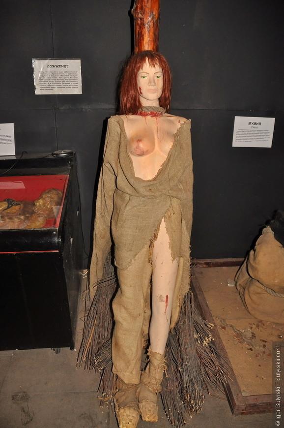 09. Сцена сожжения. Не очень понимаю, почему этот экспонат стоит тут, а не в музее «средневековых наказаний», наверно не хватило места.
