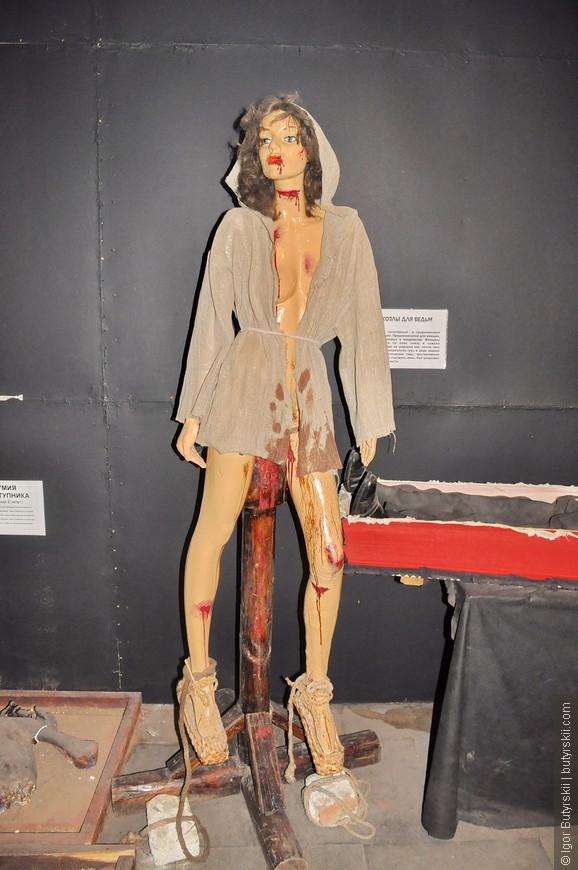 15. Этот экспонат ведьмы на козлах тоже должен был оказаться в зале наказаний.