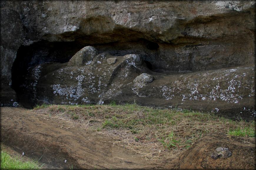 Так же любопытно смотреть на статуи моаи, которые по неизвестной причине не были закончены. Они так и остались лежать в скале вулкана.