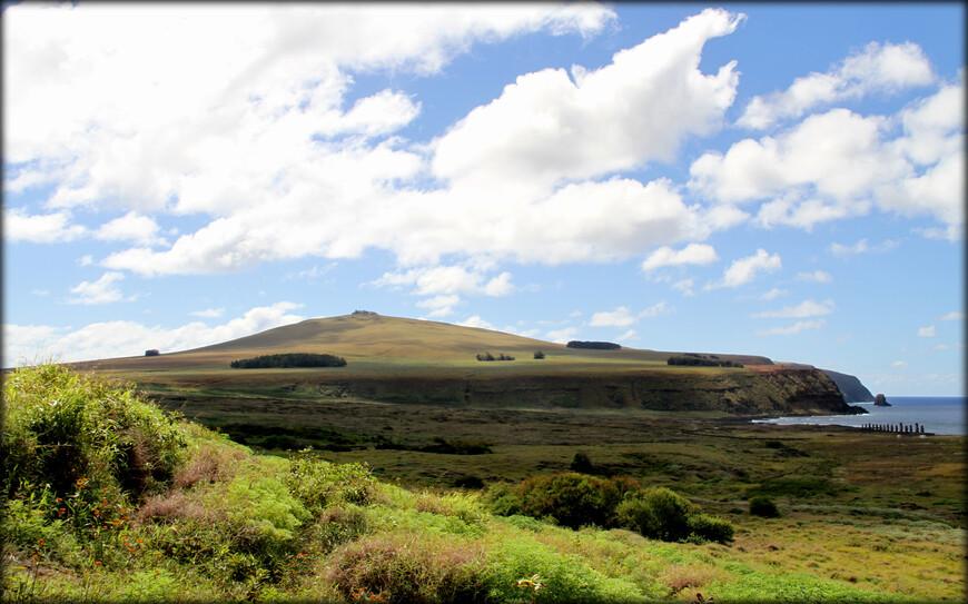 С подножия Рано Рараку видна живописная бухта и крупнейшая ритуальная площадка аху Тонгарики.