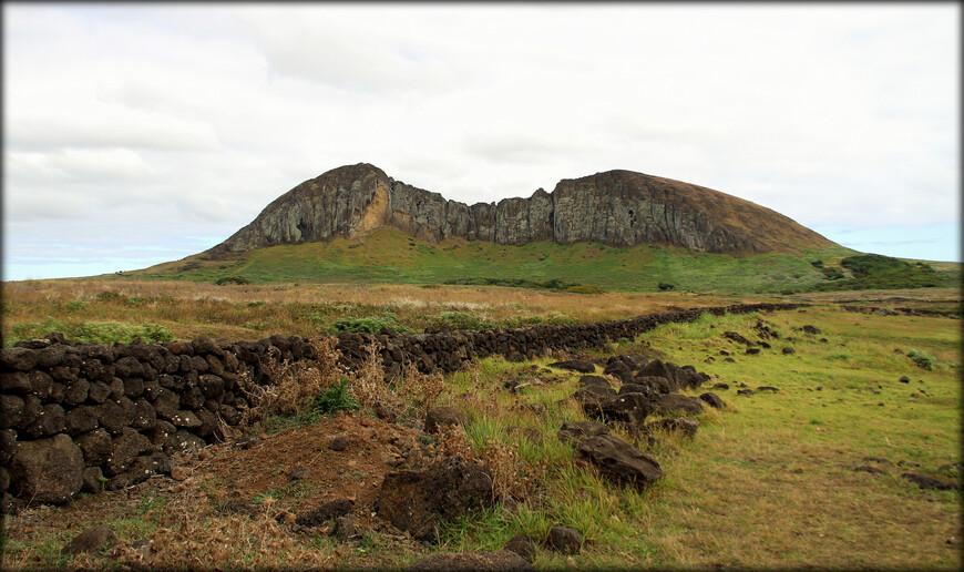 Юго-восточный склон этой кеглеобразной горы частично обрушился. Рано Рараку является вторичным вулканом Маунга Теревака, крупнейшей возвышенности острова Пасхи.