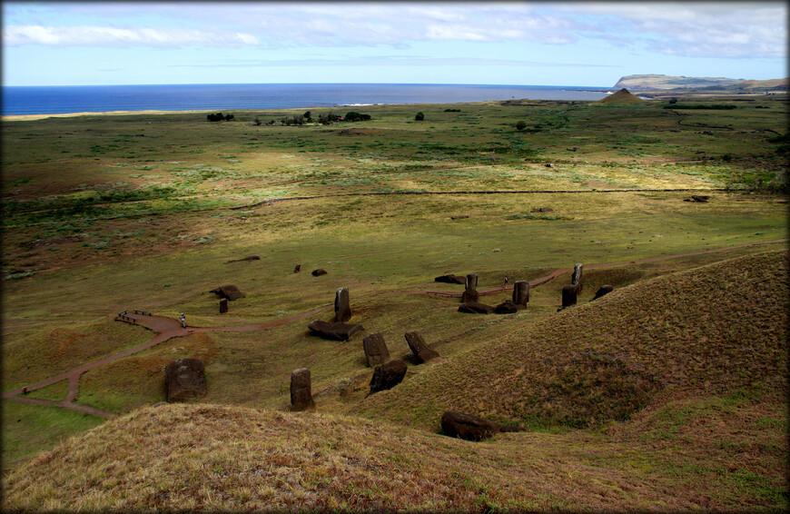 Приблизительно 300 таких статуй различной степени завершённости и по сей день на полпути к вершине Рано Рараку опоясывают его кратер.