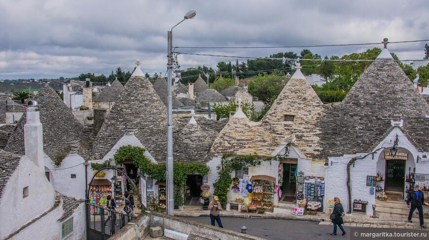 ради прогулок по этим улочкам и их видов туристы со всего мира едут в Альберобелло