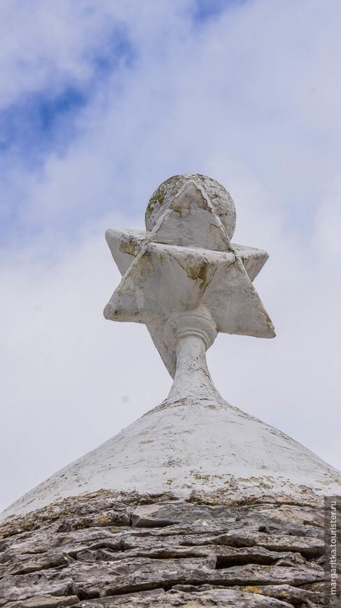 На крышах Альберобелло символы делятся на мужские и женские. Это мужской символ - венец крыши!