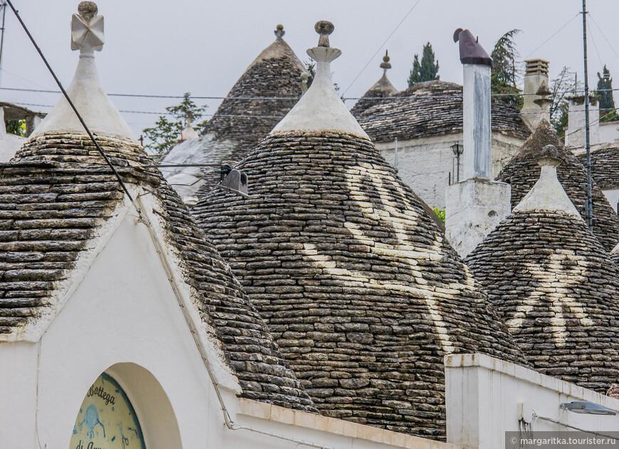 знаки на крышах тоже имеют свой смысл и значение, берущее начало в далеком средневековье