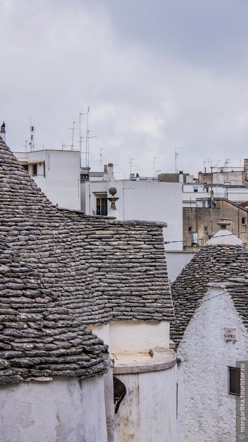 на фоне современных построек старинные крыши Альберобелло смотрятся вообще экзотически! Их отделяют только несколько столетий, а кажется, что они вообще из разных миров