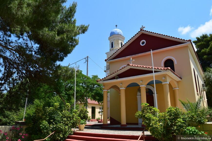 Очень красивая церковь в одной из деревушек по дороге в Фискардо