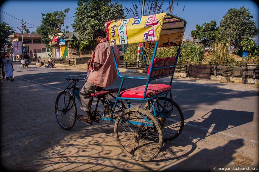 типичный индийский вид транспорта - рикша теперь модернизировался в вело-рикшу