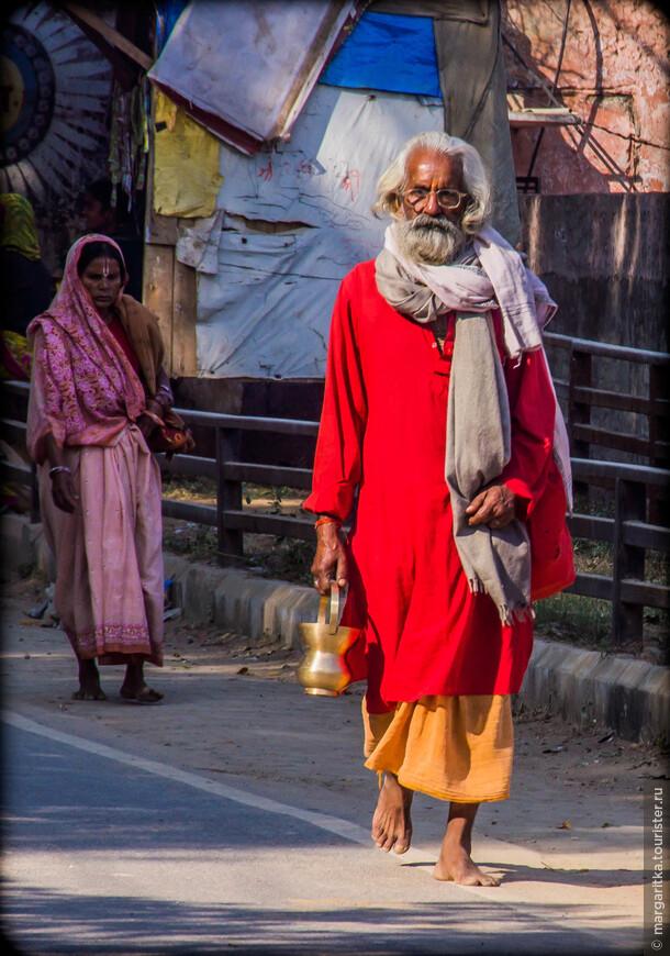 Каждый паломник, когда приезжает во Вриндаван, первым делом совершает  - обход вокруг главной святыни - Вриндавана, где Кришна провел свое детство и явил свои самые удивительные божественные Игры (лилы)