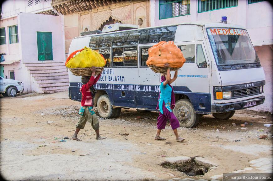 многие улочки Вриндава так узки, что по ним не может проехать никакой автомобиль, поэтому товары к утренней торговле доставляются на голове и в основном женщинам и детьми