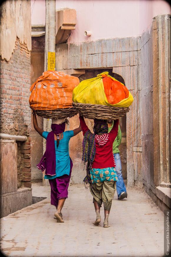 труд индийской женщины помимо тяжелой и грязной домашней работы обременен и другими тяжелыми обязанностями помощи мужу