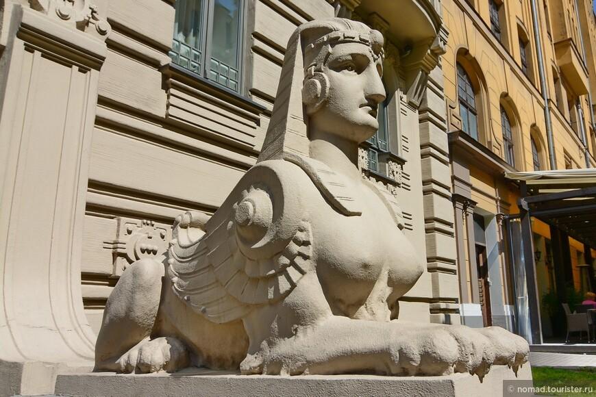 А дом №2 построен с использованием эскизов Сергея Эйзенштейна, в том числе фигуры сфинксов были нарисованы будущим режиссером.