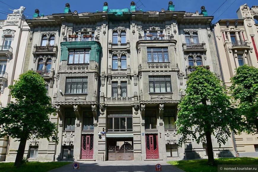 В Риге сохранилось множество зданий в этом стиле, построенных преимущественно в первом десятилетии 20 века.