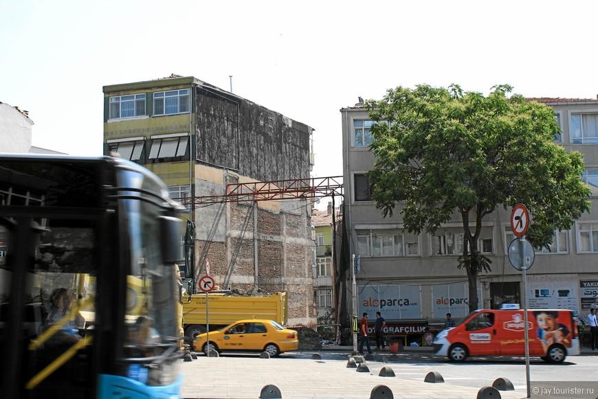 Так строят в Стамбуле: сносят старую часть дома, укрепив распоркой оставшиеся части, и встраивают новую часть.