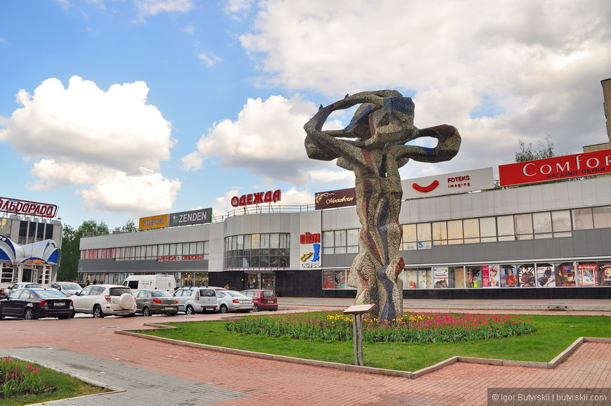 10. Мне кажется скульптура закрывает глаза чтобы не видеть уродливых торговых центров заполонивших площадь.