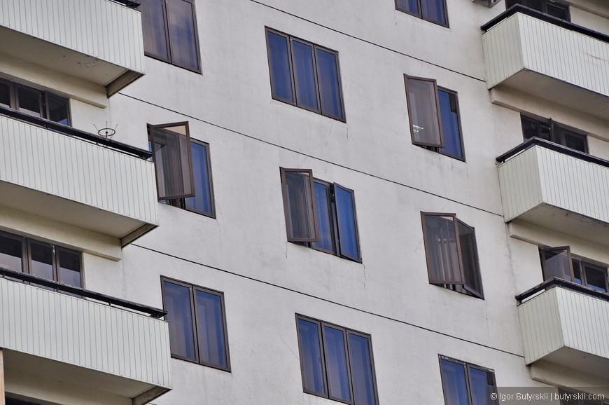 11. Раньше я не видел, чтобы в современном, новом доме окна открывались наружу. Странно это.