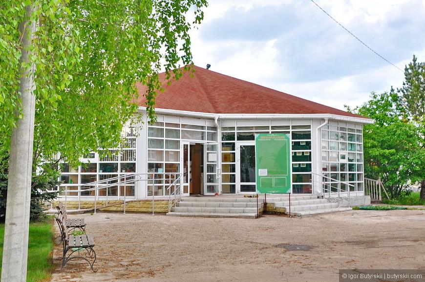 24. Сначала подумал, что это кафе на территории храма, но выяснилось, что это библиотека.