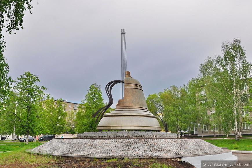 35. Самый красивый памятник в городе и вообще из тех, что я видел последнее время – Высоцкому. Очень элегантный, многогранный и осмысленный памятник, гордость города.