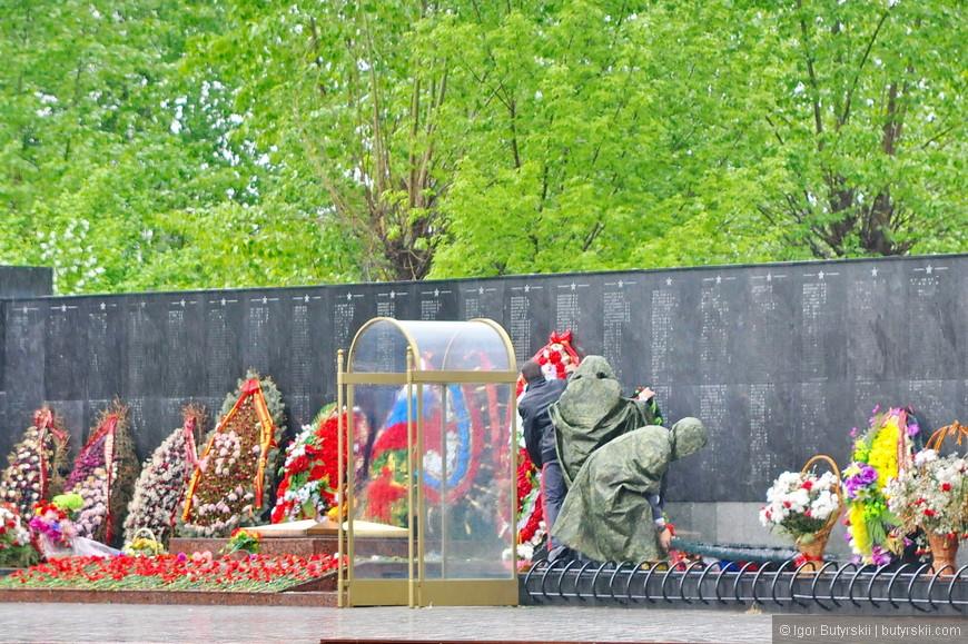 39. Возле монумента «Родина мать» солдаты утром «выставляют» венки.