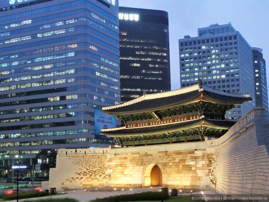 Это ворота Намдэмун посреди большого перекрестка в центре Сеула
