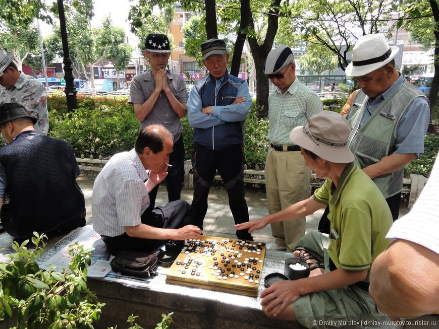 Корейские дедули любят кучками играть в их шашки