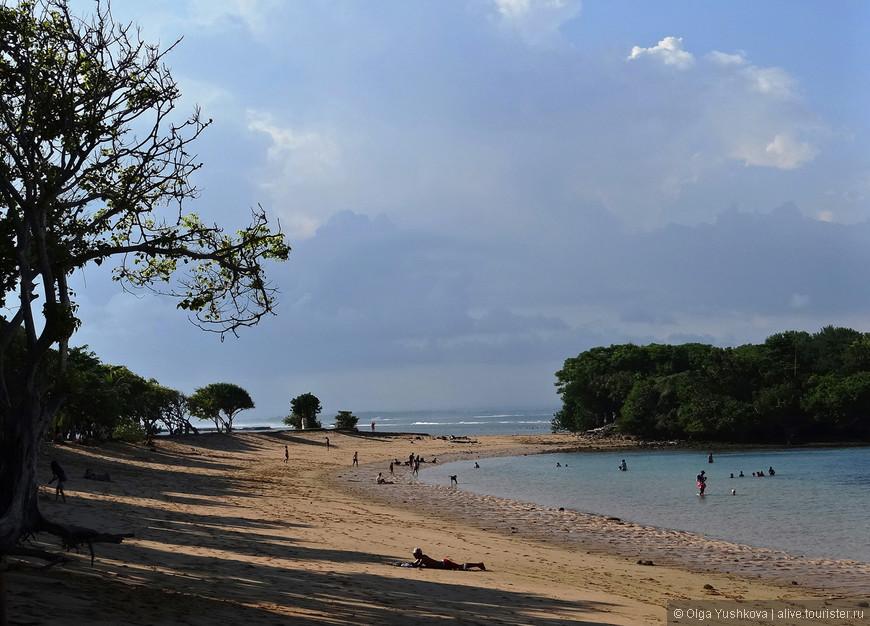 И вот мы на месте. Южное побережье, где и находится Нуса Дуа, - место, в основном, курортное. Здесь большая концентрация отелей, ресторанов, пляжей и прочих курортных радостей. Собственно, одна из наших задач, - опробовать местный пляж. Тут мы задержались почти на полдня, и не пожалели... )))