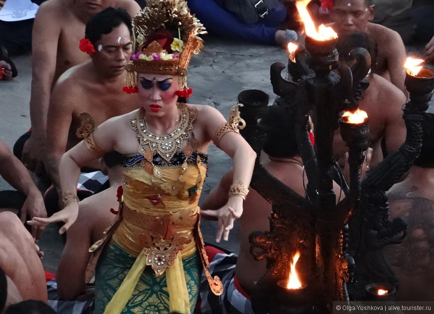 """Изначально Кечак был трансовым ритуальным танцем, исполняемым в сопровождении исключительно мужского """"хора"""", но в 1930-х годах немецкий живописец и музыкант Вальтер Шпис, живший долгое время на Бали, привнес в этот ритуал нечто новое, сохранив традиционный балийский стиль, но при этом добавив в него драматические сюжеты из индийской Рамаяны."""