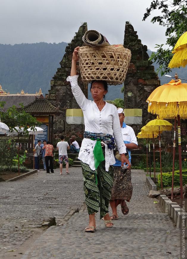 В районе города Бедугул в центральной части Бали располагается ещё одна достопримечательность и ещё одно из красивейших мест на Бали, тоже считающееся священным - озеро Братан и храмовый комплекс Пура Улун Дану...
