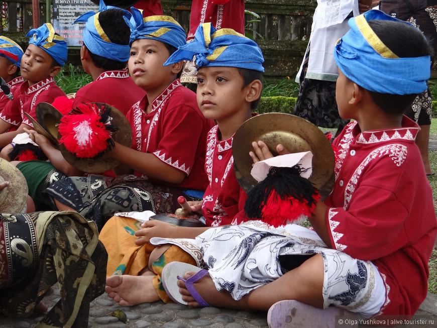 Здесь нам повезло увидеть вот такое вот музыкальное представление в исполнении юных балийцев...)))