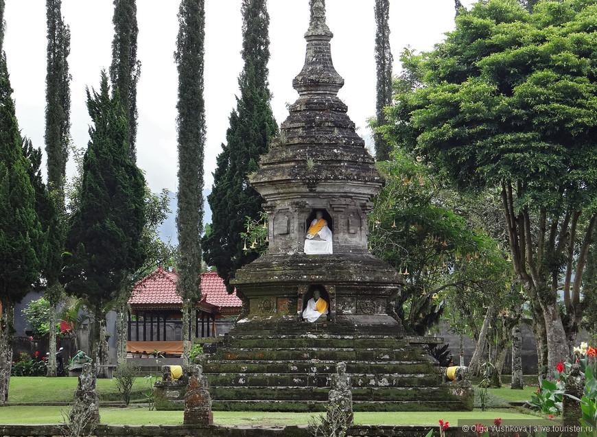 На территории храма - множество красивых сооружений, скульптур, ступ и святилищ, а также шикарный ботанический сад Eka Karya...