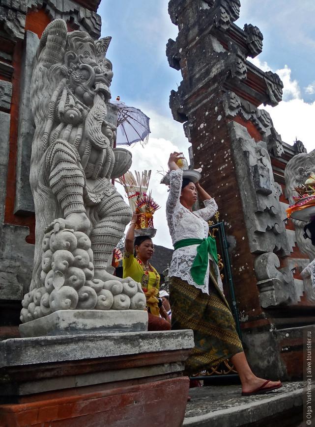Доступ в те места, где проводятся религиозные служения и обряды, иностранным туристам закрыт, поэтому мы могли наблюдать только у ворот завершающую процессию... Очень красиво и ярко смотрятся балийские женщины в своих традиционных праздничных нарядах...