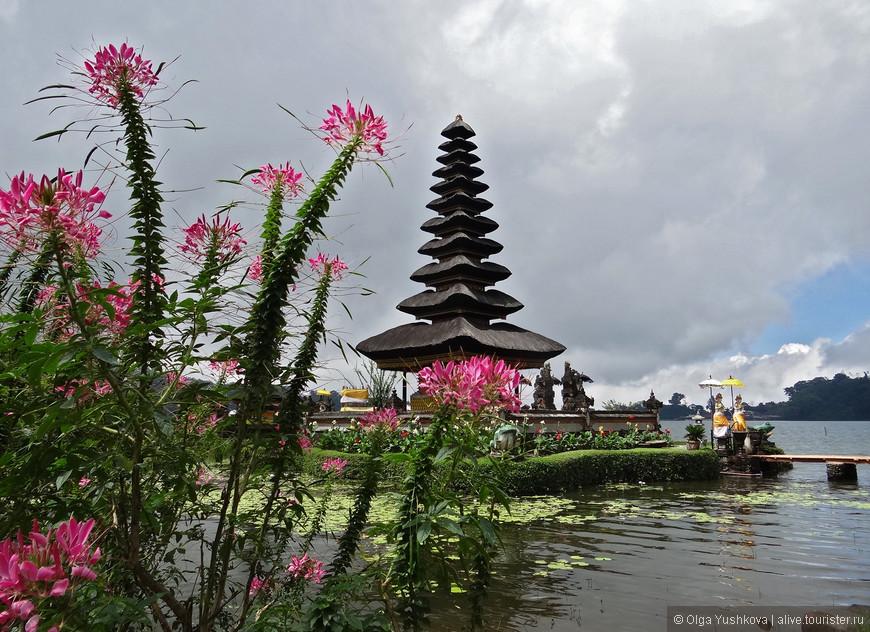 Ну, а это - сам храм Пура Улун Дану (Pura Ulun Danu), почти что парящий над озером Братан... Храм, - поскольку он расположен в центре острова, - является своеобразным духовным сердцем Бали, и посвящён богине воды и плодородия Деви Дану...