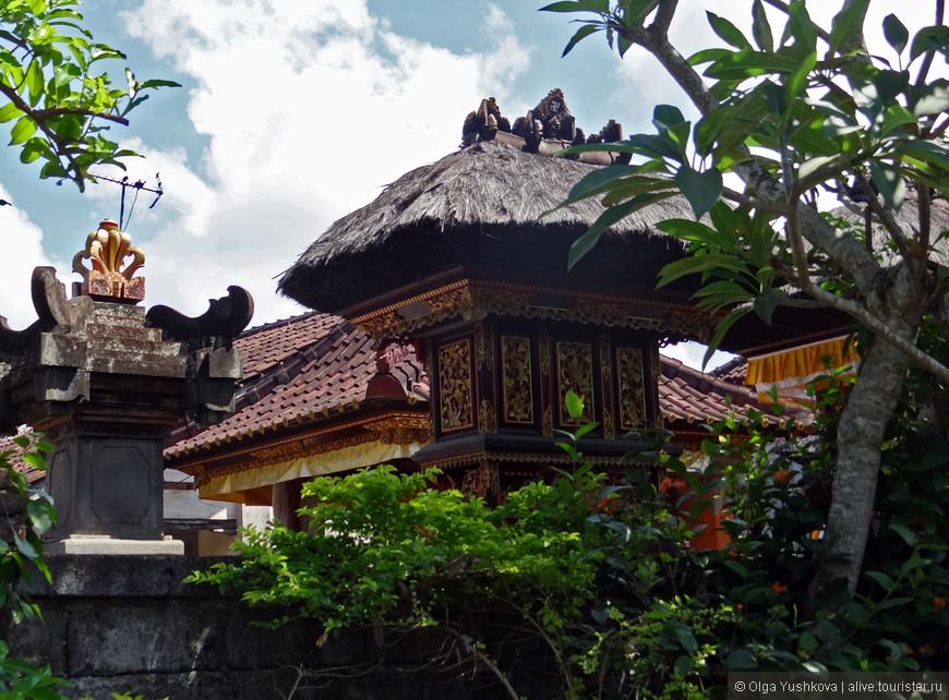По дороге на южное побережье Бали ненадолго останавливаемся в посёлке, где местные мастера изготавливают серебряные украшения и прочие красивости и предметы быта. Но гораздо больше меня поразила архитектура и планировка местных жилищ: почти возле каждого дома - свой небольшой храм, пагода, или ступы, выполненные в традиционном балийском стиле.