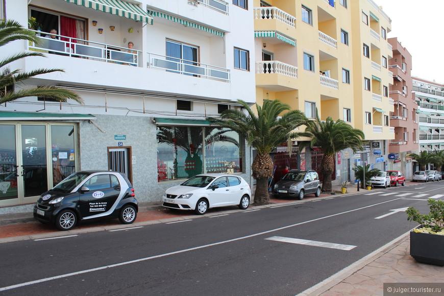 По таким улочкам ездить можно только на маленьких автомобилях :)