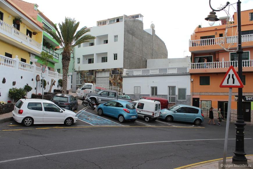 Городок маленький и на достаточно большом склоне, поэтому парковки делают в каждом более-менее пригодном месте.
