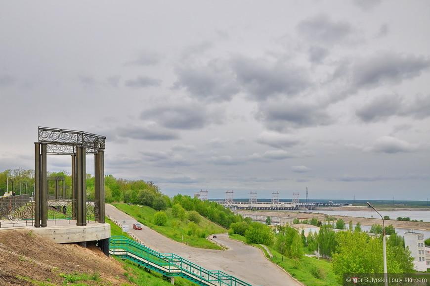 23. Отличные виды на Волгу и ГЭС открываются с набережной.