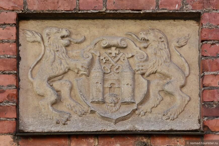 Стены домов украшены различным гербами - это тоже бесконечная тема для фотосъемки.