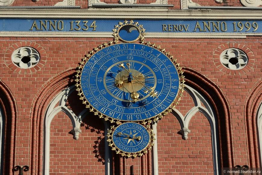 Часы на доме Черноголовых