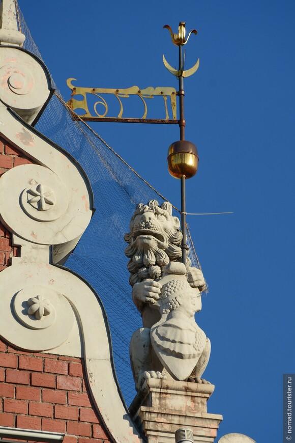 Печальный лев - ему надоело держать щит с гербом...