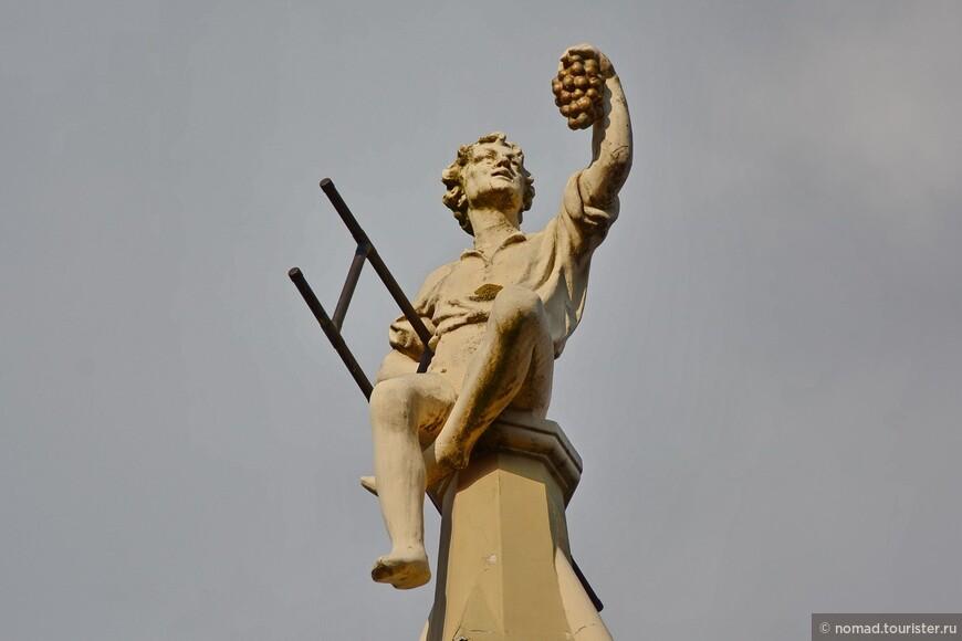Различные скульптуры, иной раз находящиеся в самых неожиданных местах.. Этот залез на шпиль на крыше...