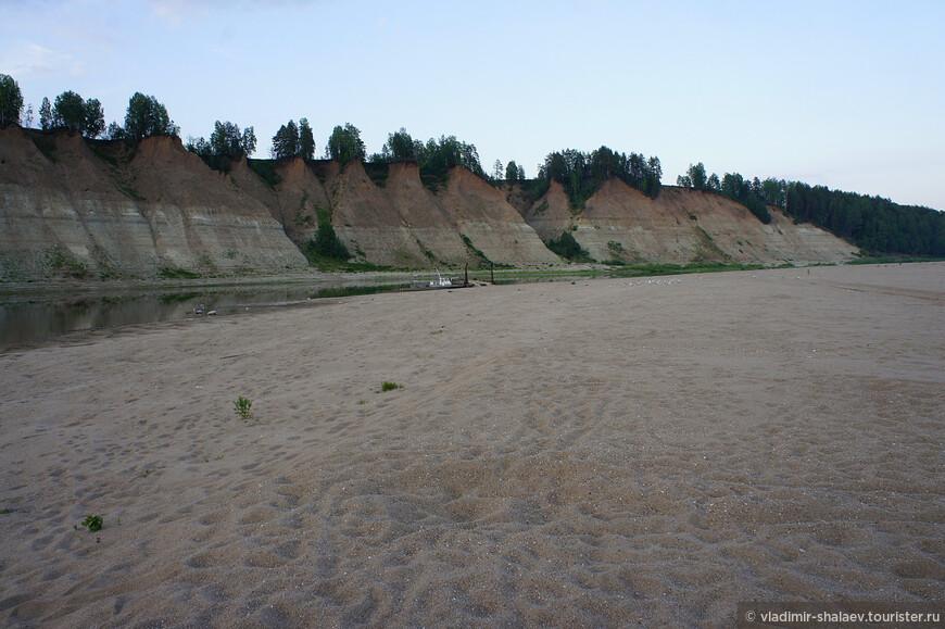 Левый берег скалистый, а правый ну чем не пляж!