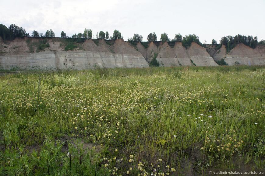 Вид на Тёщины Зубы от крайнего дома посёлка Вострое.