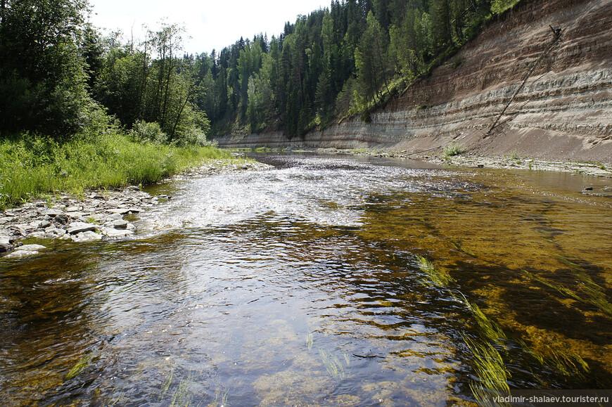 Река неглубока. Вполне можно пройти эти пять километров до её впадения в Сухону (если иметь подходящую обувь, конечно).
