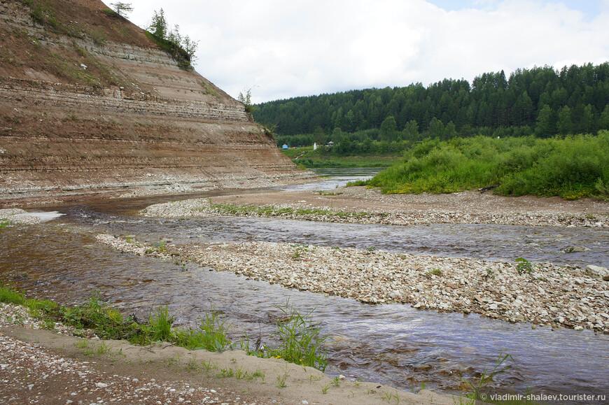Устье Стрельны. Здесь она впадает в Сухону. На другом берегу виден фонтанирующий источник близ деревни Братское.