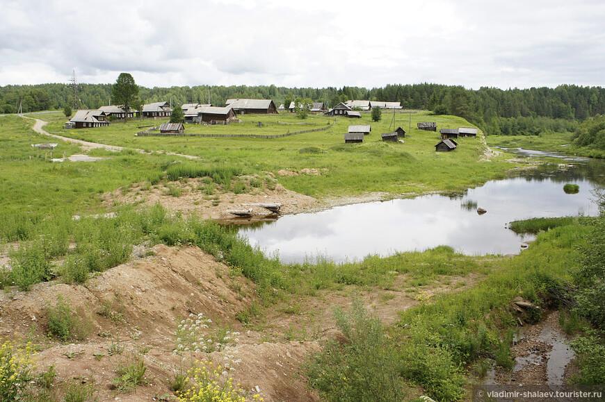Деревня Студёное прекрасно вписана в ландшафт. Стоит на реке Стрельна, которая через пять километров впадёт в Сухону.