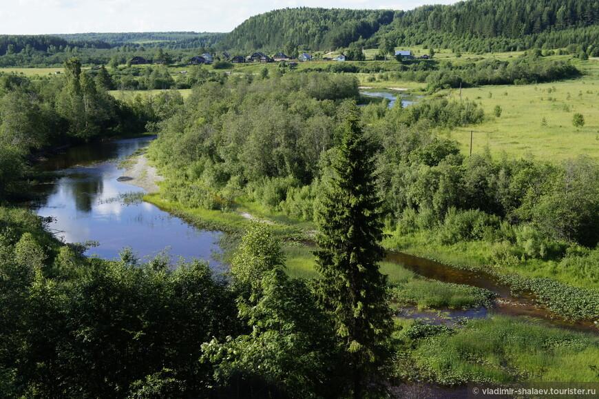 Вид на деревню Григорьевское от деревни Лодейка через реку Нижняя Ерга (левый приток Сухоны).