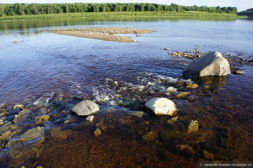 """Течение реки быстрое, вода тёплая, можно заняться водными процедурами. """"Купание"""" заключается в том, что надо осторожно войти в воду и прилечь, ухватившись за камни. Получается что то типа джакузи: журчит водичка, пузырики вокруг..."""