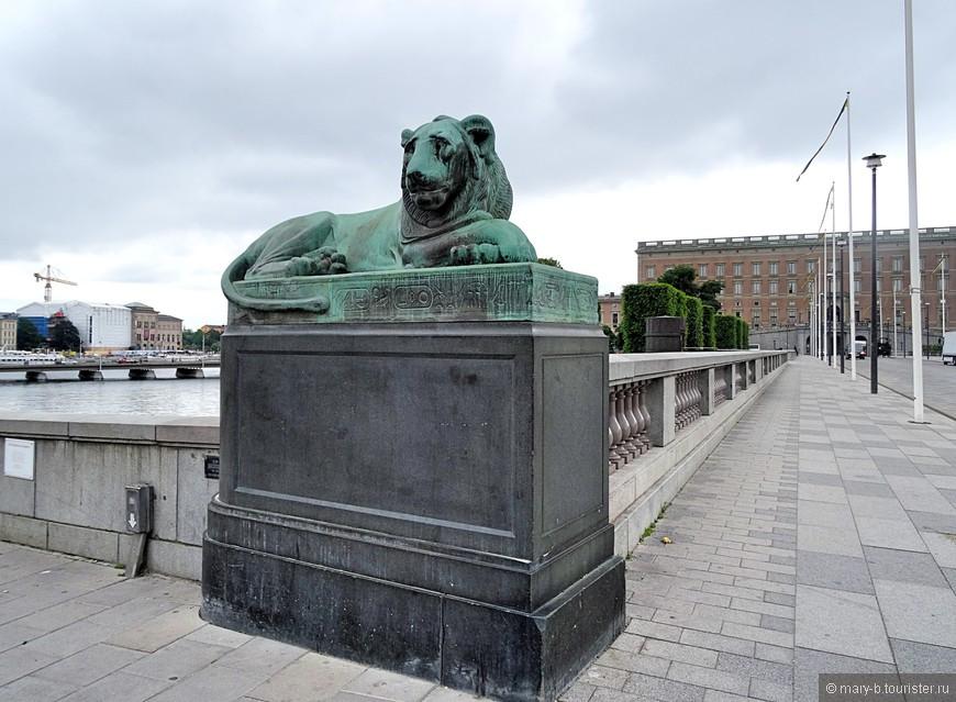 Львы перед мостом к Королевскому дворцу (да-да, вон то коричневое - это Королевский дворец)